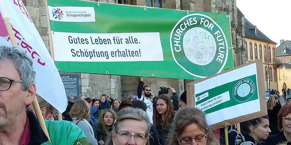 Demonstranten ziehen durch Trier