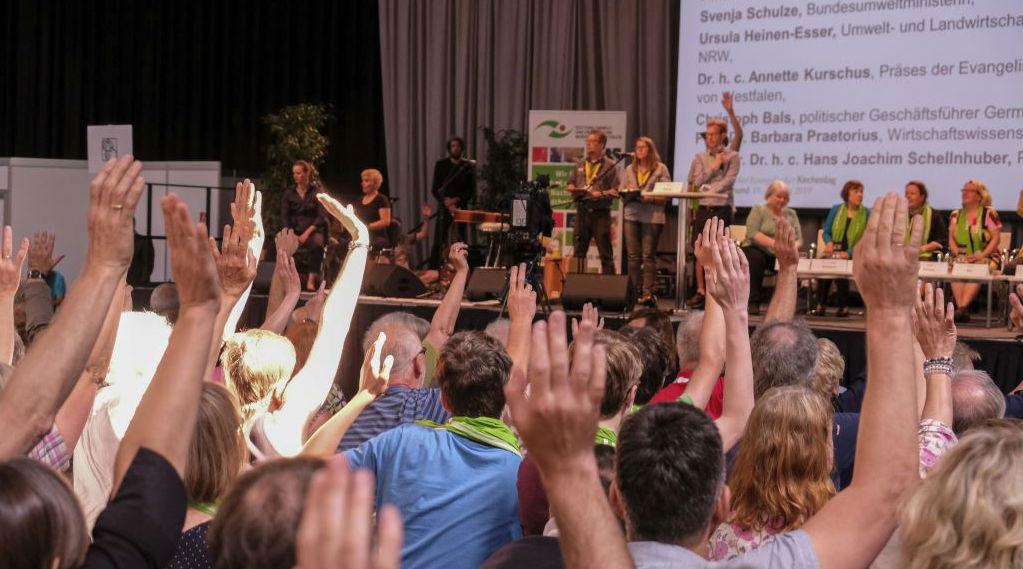 Kirchentagsbesucher stimmen über Resolution ab